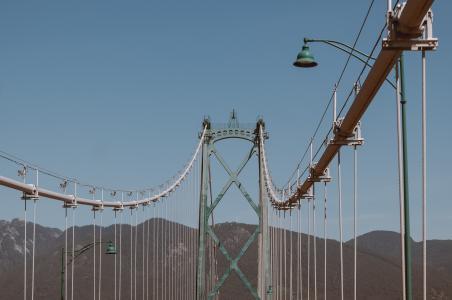 白蓝相间的铁架桥
