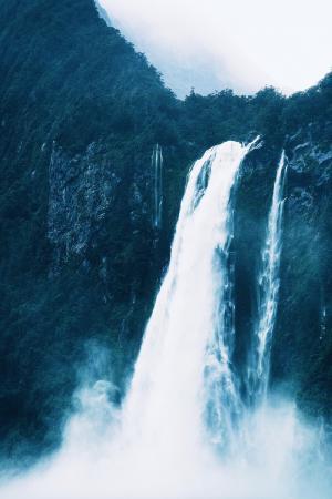 壮观迷人的瀑布景观