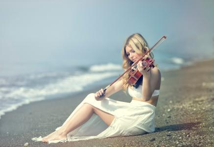 岸边,小提琴家加里西亚