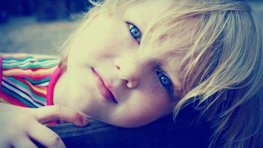 雀斑,蓝色的眼睛,条纹的t恤