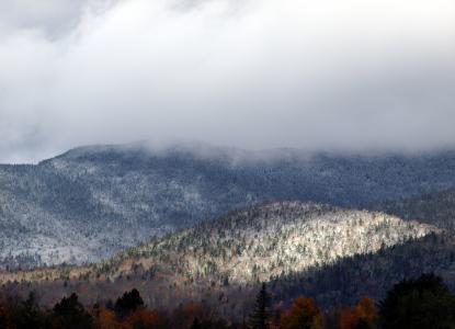 白雪皑皑的山脉