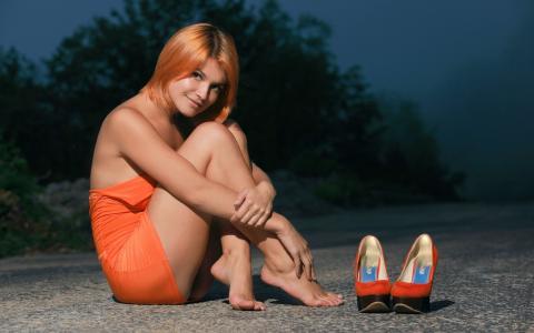 小提琴A,女孩,红色,短发型,道路,灌木,鞋子,橙色的衣服