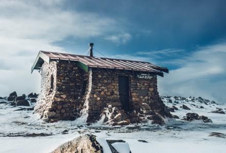 风雪里孤独的小屋