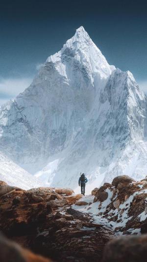 雪山下孤独的旅人背影