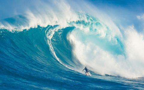 在海上冲浪的男子