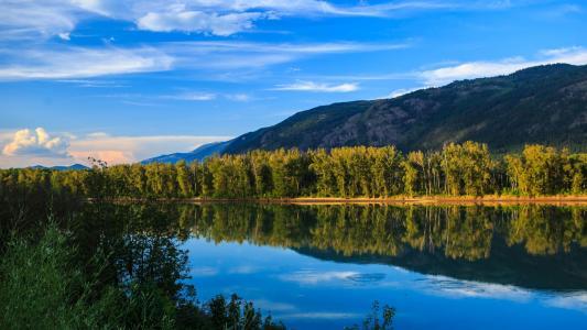 平静迷人的湖泊风光