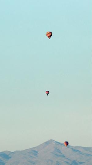 蓝天下的热气球