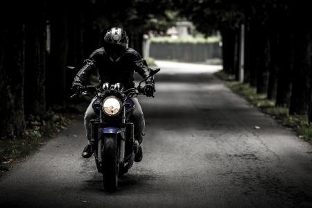 自行车,头盔,骑自行车的人,摩托车,摩托车,道路