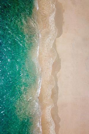 优美迷人的沙滩海浪