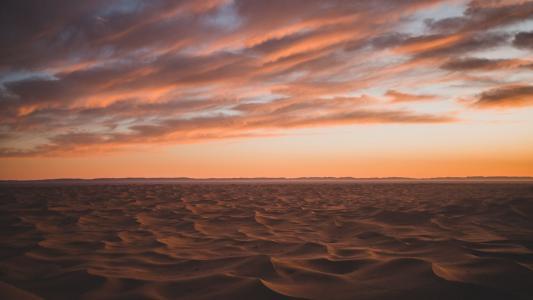 黄昏下的沙漠景色