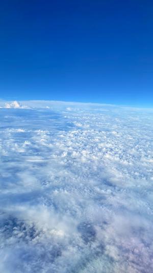 晴空下的云层