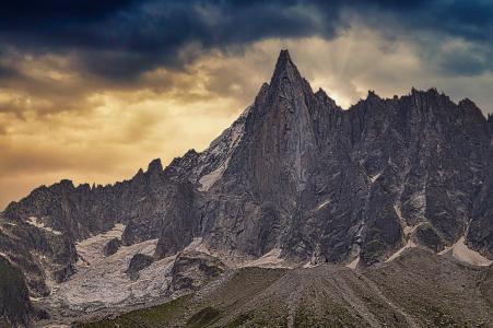 峻峭巍峨的山峰