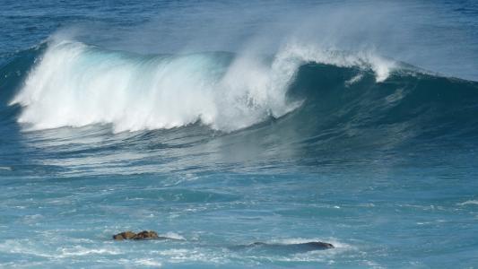 海面上翻腾的海浪