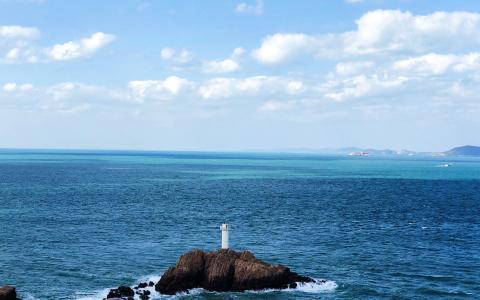 蓝天下的大海景色
