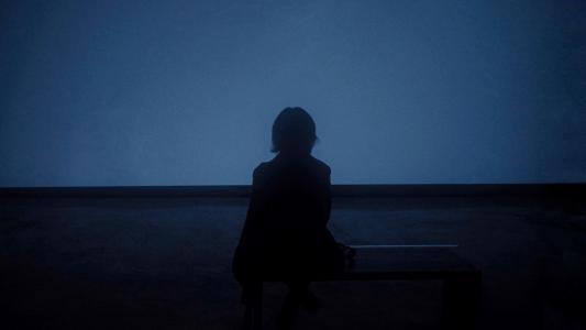 黑夜里的孤独背影