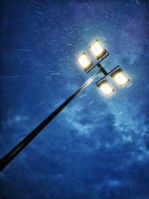 夜晚雨天的路灯