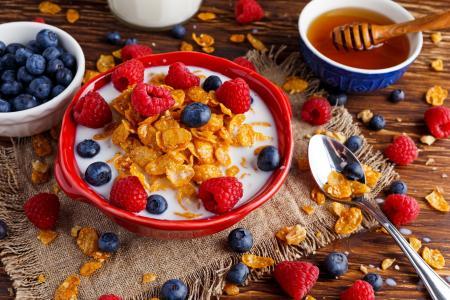 麦片,牛奶,覆盆子,蓝莓,蜂蜜