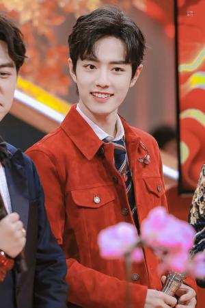 肖战春晚红衣甜美笑容写真