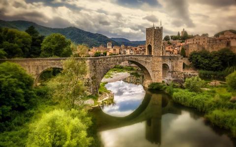 贝萨卢,加泰罗尼亚,西班牙,弗卢维亚河,贝萨卢,加泰罗尼亚,西班牙,河流河,桥,河,倒影