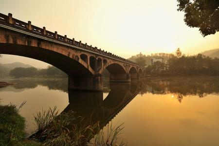 古旧石桥夕阳下唯美意境