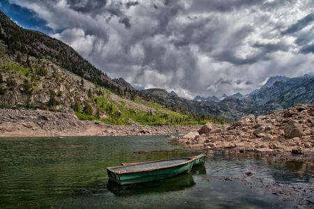 加利福尼亚州萨布丽娜湖,加利福尼亚州塞布丽娜湖,山脉,小船,岩石