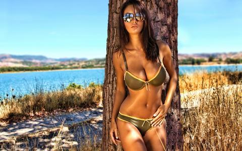 戴眼镜的女孩,别致的形状,诱人的模型,靠树休息,自然