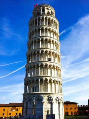 高耸优美的比萨斜塔