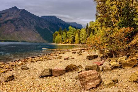 麦当劳湖,冰川国家公园,蒙大拿州,秋天,山,树,景观