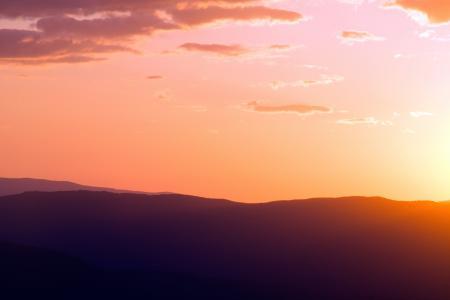 夕阳下高山的轮廓
