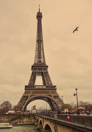黄昏下的埃菲尔铁塔