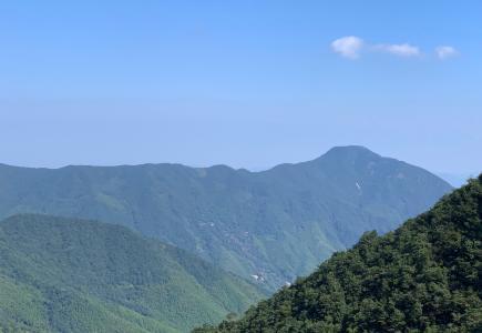 连绵起伏的青山美景