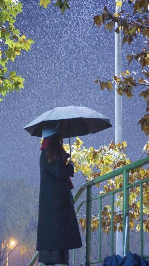 雨中女生孤独背影