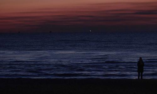 一个人孤独看海背影