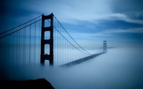 云雾袅绕的金门大桥