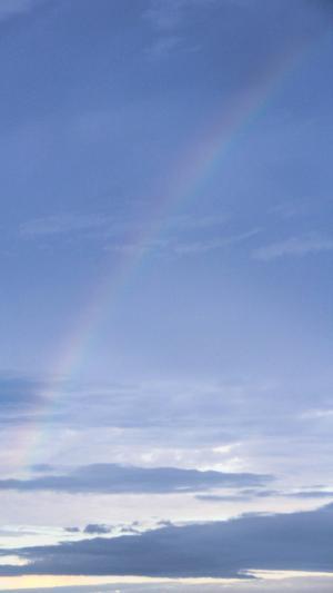 蔚蓝天空上的彩虹