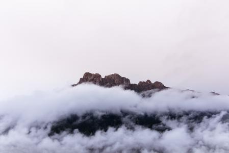 高耸入云的山峰