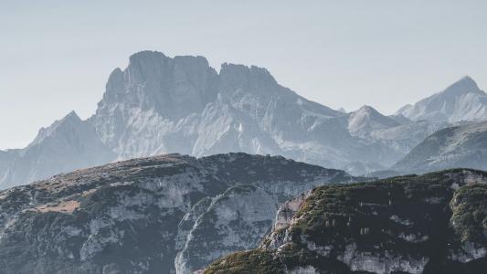 蜿蜒陡峭的山峰