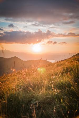 山顶上美丽的日出