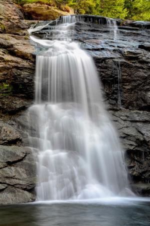 岩石间流淌的瀑布