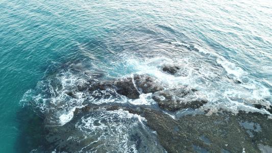 海浪拍打礁石溅起的浪花