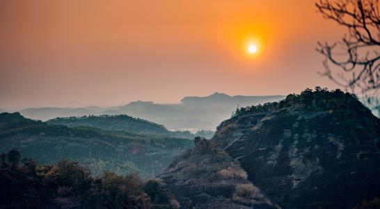 夕阳下的山峰美景