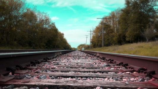 笔直延伸的铁路