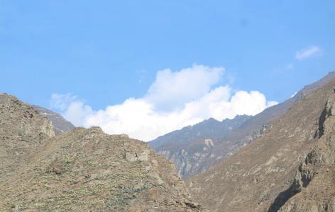 蓝天下的峻峭山峰