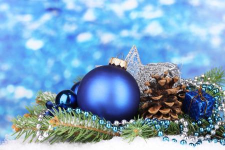 一个球,一个锥,饰品,一个毛皮树枝,珠子