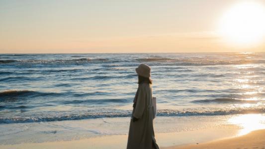 海边孤独女生背影