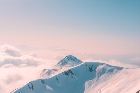 雾气缭绕的雪山风光