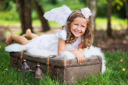 女孩,手提箱,手电筒,喜悦,心情,草