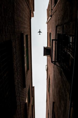 巷子上空的飞机