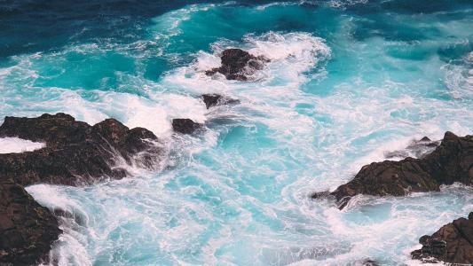 海面上洁白美丽的浪花