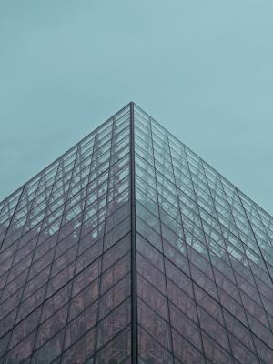高层玻璃建筑的一角